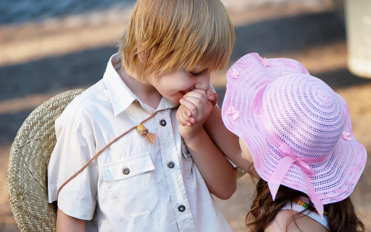 Смешные картинки с детьми про любовь, девушки букетом